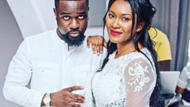 Photo of Sarkodie spotted doing things with Tracy Sarkcess on her birthday. Watch the romantic moment here