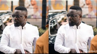 Photo of Sarkodie gifts his fans mobile money