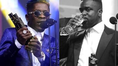 Photo of WATCH: Shatta Wale and Sarkodie smoke peace-pipe as they clash on live radio on Sark's Birthday